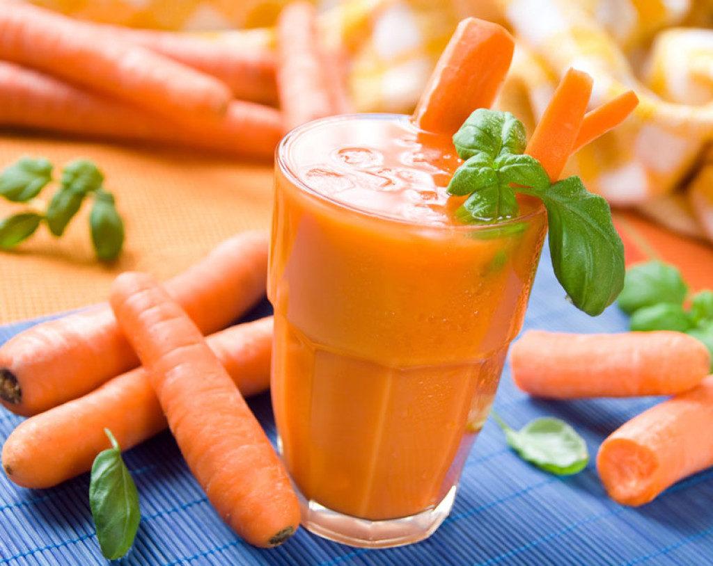 Морковный сок и ложка меда